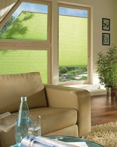 Unterschiedliche Stoffstrukturen wie das beliebte Crush, Satin oder grobgewebte Materialien beeinflussen neben der umfangreichen Farbpalette wesentlich den Charakter Ihrer Fensterdekoration. Die Licht- und Schattenverhältnisse sorgen für zusätzliche Akzente. In diesem Beispiel ist die Duette®-Anlage in Crush-Optik vor der Nische platziert worden und betont so optisch die sonnenbeschienene Fensterfläche zusätzlich wie ein Bilderrahmen. Sie entscheiden sich also nicht nur für einen effektiven und attraktiven Sonnenschutz, sondern auch für eine akzentsetzende Fensterdekoration.
